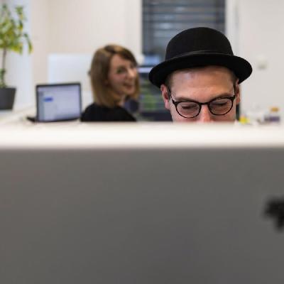 mitarbeiter-am-schreibtisch-im-buero.jpg - Andre Willms Werbeagentur