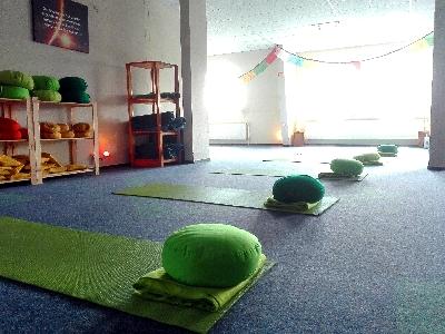 Yogaschule-Papenburg-Yoga-Raum-vonVorne.jpg