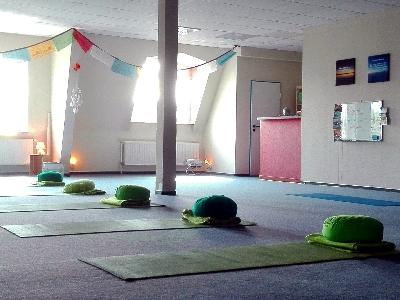 Yogaschule-Papenburg-Yoga-Raum-vonHinten.jpg