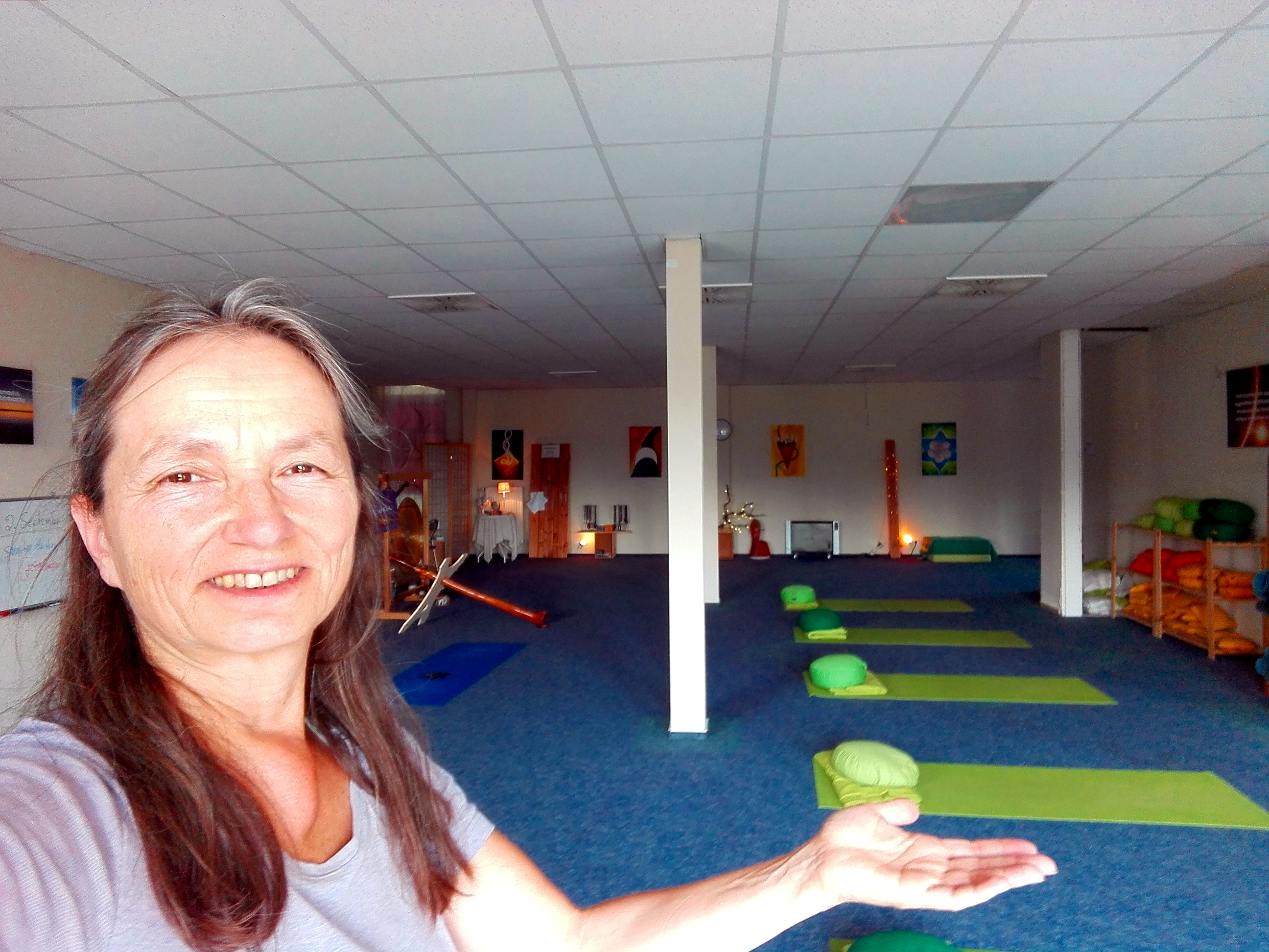 Yogaschule-Papenburg-Yoga-Raum-mit-Yogalehrerin.jpg